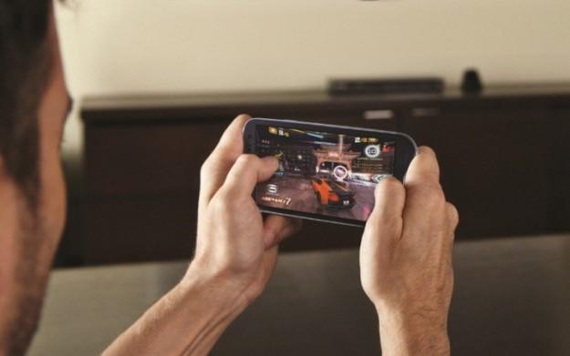 Все больше людей играют на смартфонах