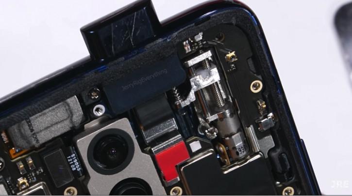 Прозрачный OnePlus 7 Pro с открытой выдвижной камерой на видео