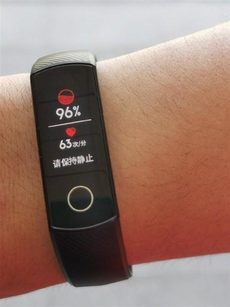 Президент Honor показал фитнес-браслет Honor Band 5 – он сможет измерять оксигенацию крови