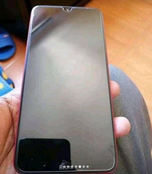Xiaomi Redmi 8 показан на фотографии из первых рук