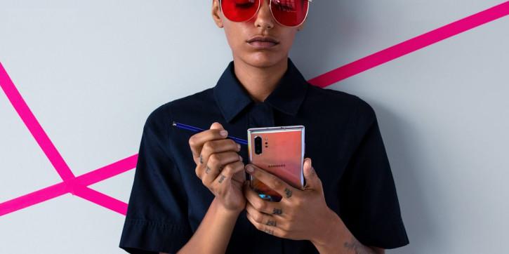 Розовый Samsung Galaxy Note 10+ на качественном промо-фото