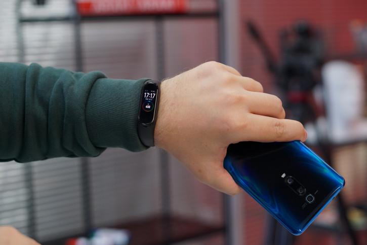 Обзор Xiaomi Mi Band 4: культовый браслет для всех?