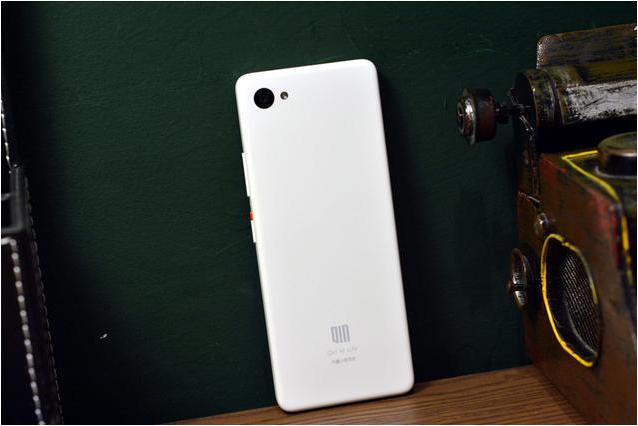 Анонсировал смартфон-пульт Xiaomi Qin 2 Pro без фронтальной камеры