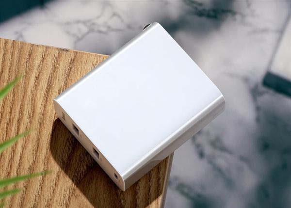 Xiaomi представила адаптер питания для смартфонов и ноутбуков за 20 долларов