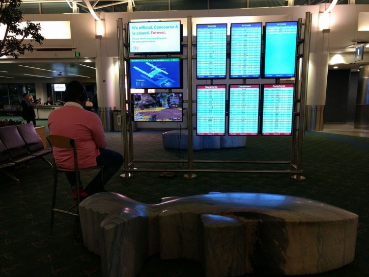 И пусть весь мир подождет: мужик поиграл в PlayStation 4 в аэропорту