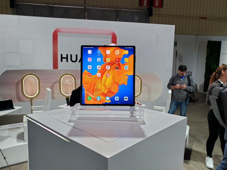 Складной Huawei Mate Xs: цена и старт предзаказа в России