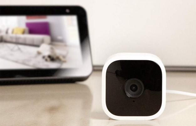Компактная камера наблюдения Amazon Blink Mini стоит