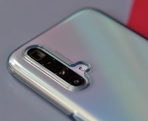 Realme X3 SuperZoom получит 120-Гц экран: смартфон позирует на «живых» фото