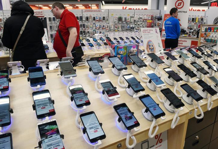 Открытие офлайн-магазинов увеличило продажи бюджетных смартфонов в РФ