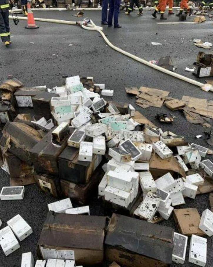 В Китае перевернулся и загорелся грузовик с огромной партией iPhone 11