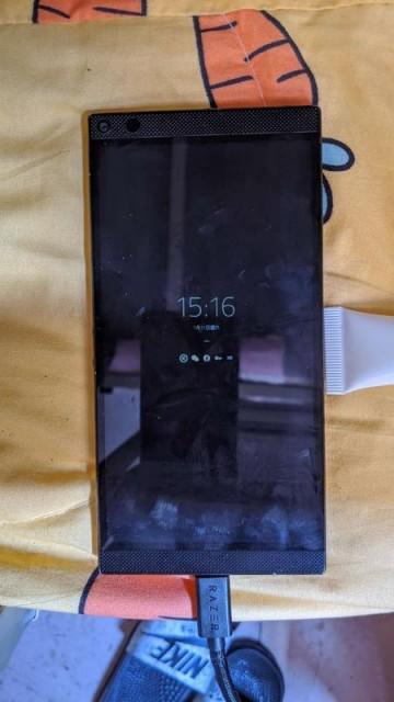 Прототип игрового Razer Phone 3 засветился на живых фото
