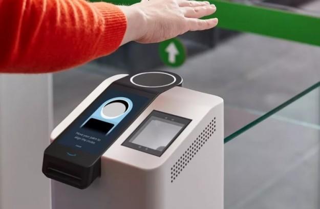 Amazon позволит оплачивать покупки взмахом руки: компания разработала технологию идентификации людей по ладони