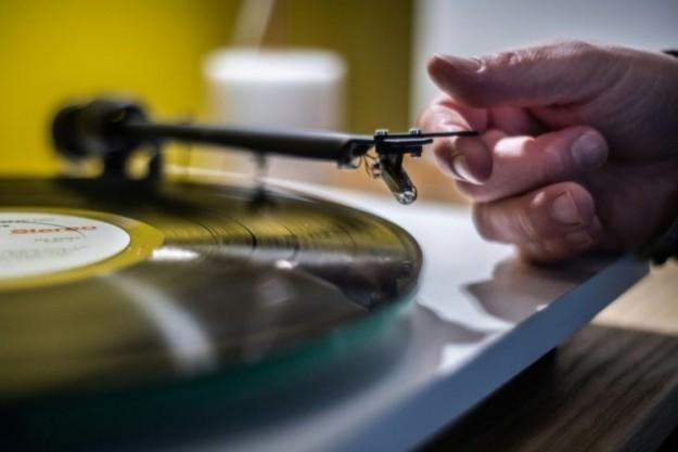 В Великобритании растут продажи виниловых пластинок и кассет, а продажи компакт-дисков снижаются