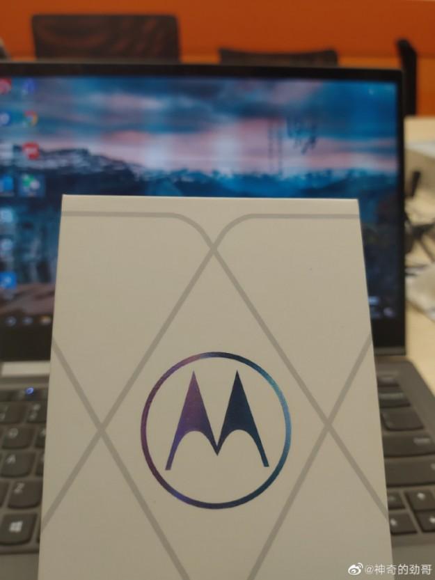 Глава Motorola тизерит следующий флагман на Snapdragon 888 на фото
