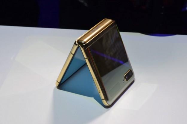 Samsung готовит недорогой складной смартфон на древнем 4G-железе