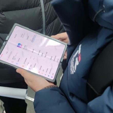 Складной смартфон Xiaomi засветился в китайском метро?