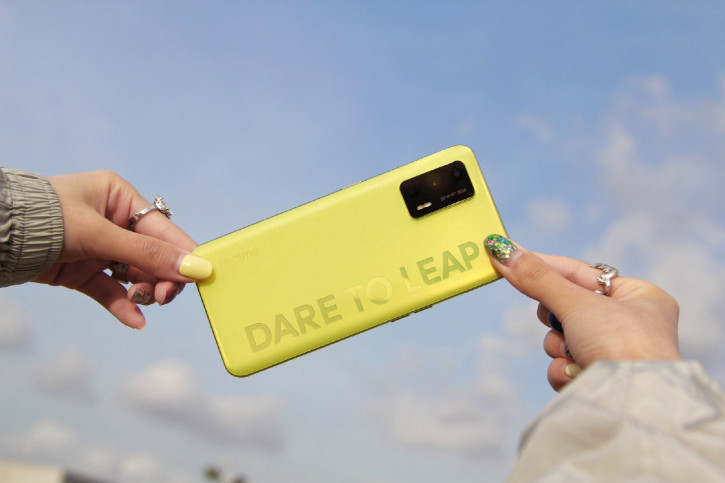 Realme Q3 (Pro) с мерцающим задником на подборке пресс-фото