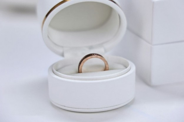 Honor вручает кольцо: не свадебное, но пригласительное