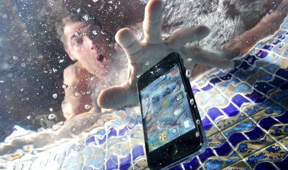 Android телефон упал в воду: что делать до похода в сервисный центр и как спасти?!